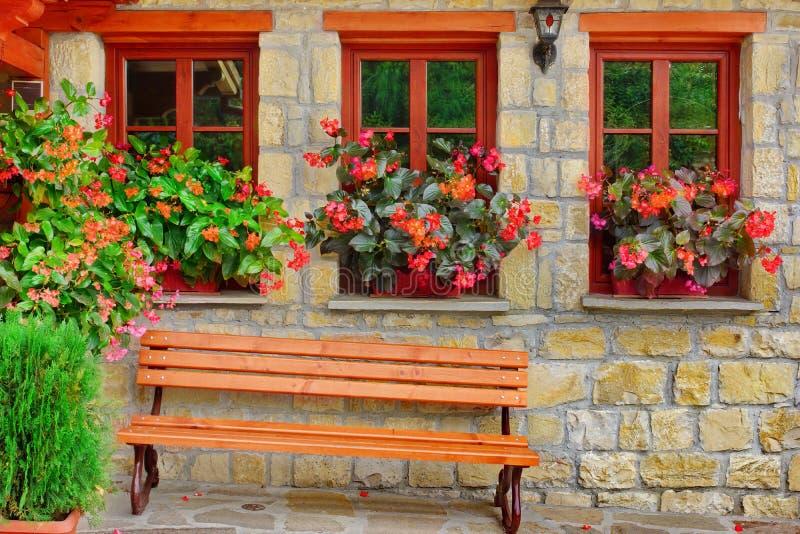 Facciata di pietra con tre Windows fotografie stock libere da diritti