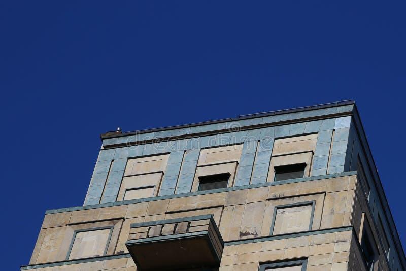 Facciata di pietra moderna a Milano fotografie stock libere da diritti
