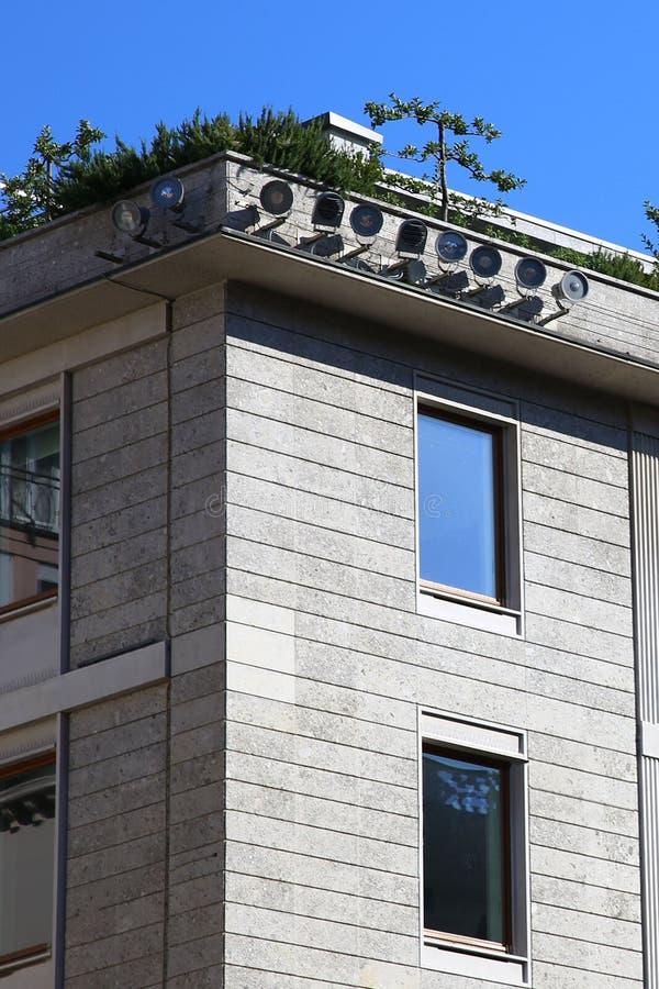 Facciata di pietra moderna a Milano fotografia stock