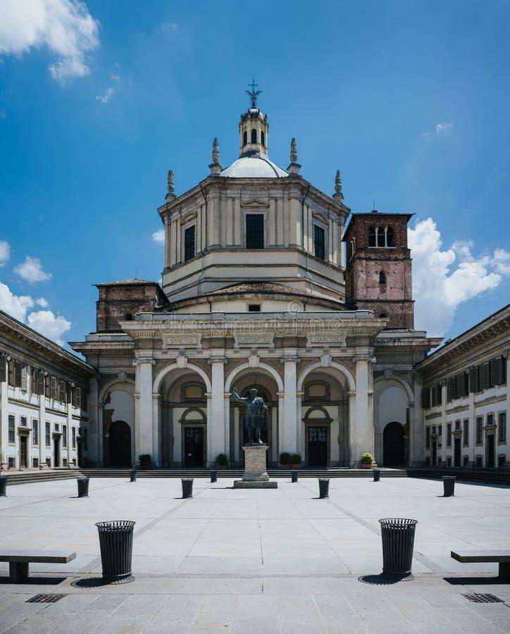 Facciata di San Lorenzo Maggiore Basilica (Saint Lawrence Major Cathedral) e statua del emperror di Costantina nella parte anteri immagini stock
