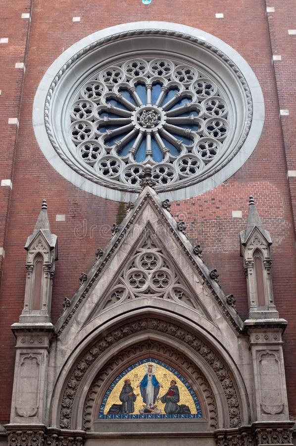 Facciata di un tempio cattolico con le decorazioni e le icone fotografia stock libera da diritti