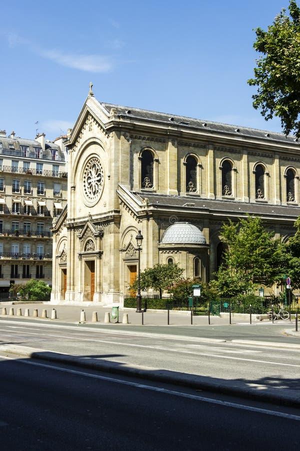 Facciata di una cattedrale a Parigi immagine stock libera da diritti