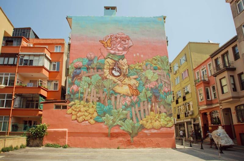 Facciata di vecchia costruzione con i graffiti variopinti con le immagini astratte fotografia stock libera da diritti
