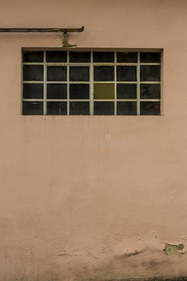 Facciata di vecchia costruzione con la barra di scopo delle finestre e dei gradini del metallo fotografie stock