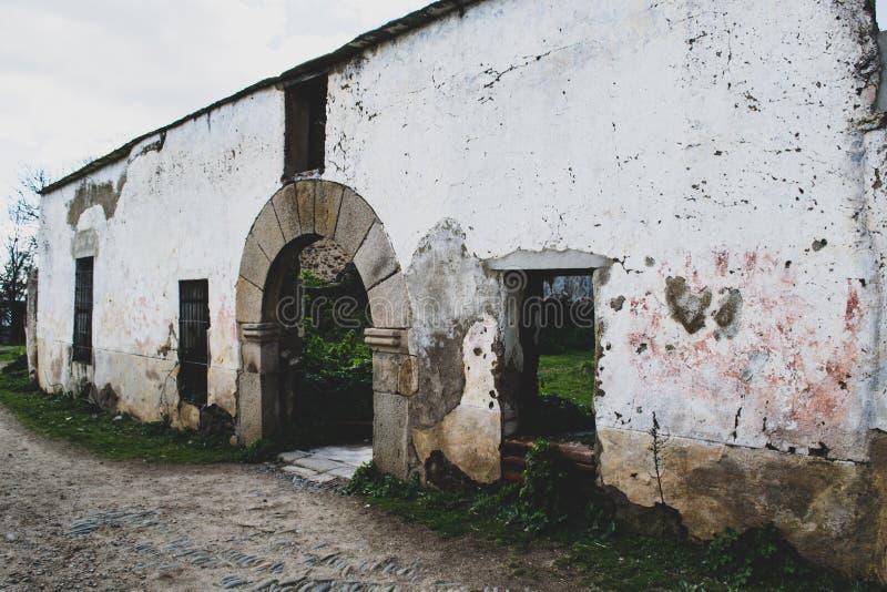 Facciata di vecchio ospedale abbandonata nel villaggio immagine stock