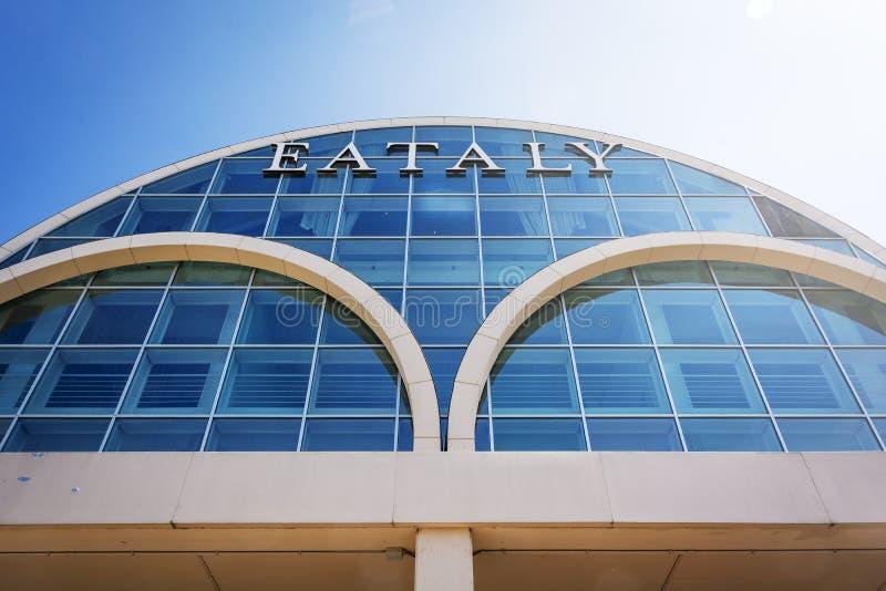 Facciata di vetro esteriore degli alimentari italiani famosi Eataly a Roma immagini stock libere da diritti