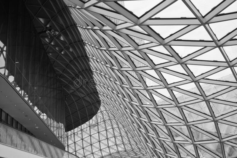 Facciata di vetro strutturale che curva tetto dell'edificio per uffici fantastico immagini stock libere da diritti
