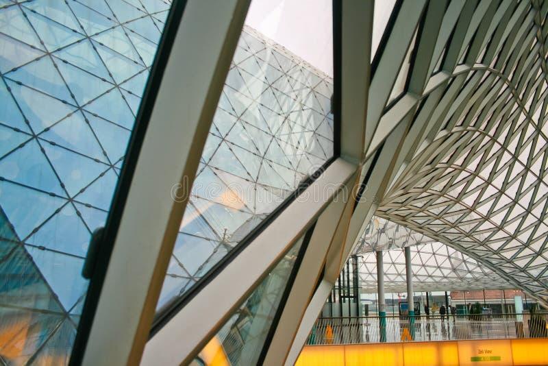 Facciata di vetro strutturale che curva tetto dell'edificio per uffici fantastico fotografia stock