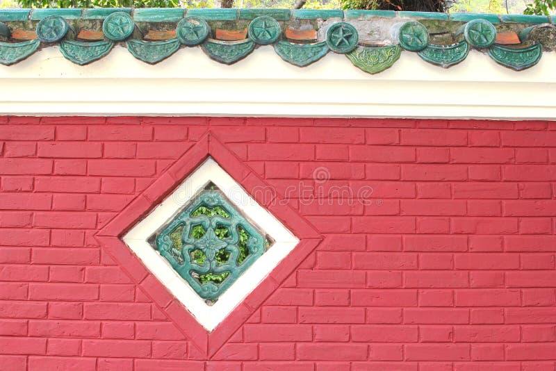 Facciata e decorazioni di un tempio cinese fotografia stock libera da diritti