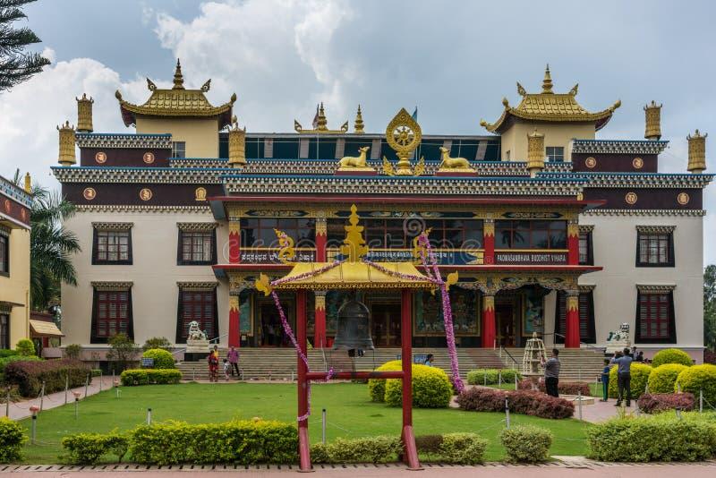Facciata 0f Vihara del monastero buddista di Namdroling, Coorg India fotografia stock libera da diritti