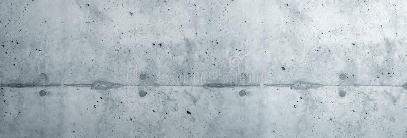 Facciata grezza del muro di cemento grigio fatta di cemento naturale con i fori e le imperfezioni che separano gli strati come fo immagini stock libere da diritti