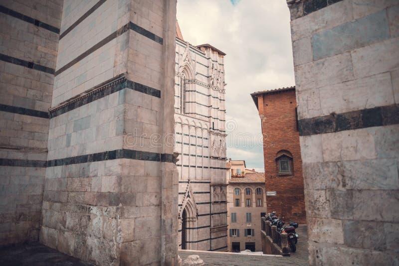 Facciata laterale di Siena Cathedral medievale fotografia stock