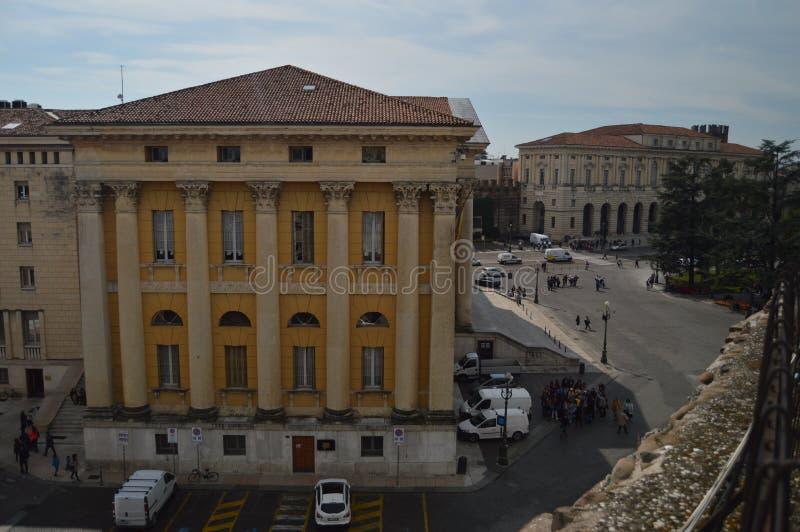 Facciata laterale di Verona City Hall Photographed From dentro Verona Arena Theater In Verona Viaggio, feste, architettura proced immagine stock libera da diritti