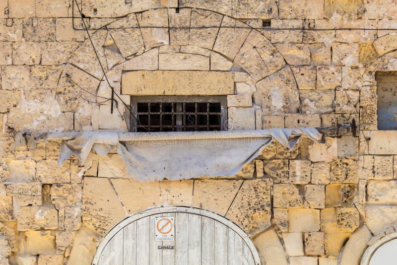 Facciata maltese antica della casa del calcare con l 39 arco for Calcare di piani casa texas