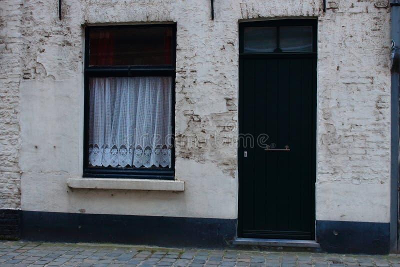 Facciata medievale tipica della costruzione in europa a porta chiusa di legno verde e finestra - La finestra verde giugliano ...