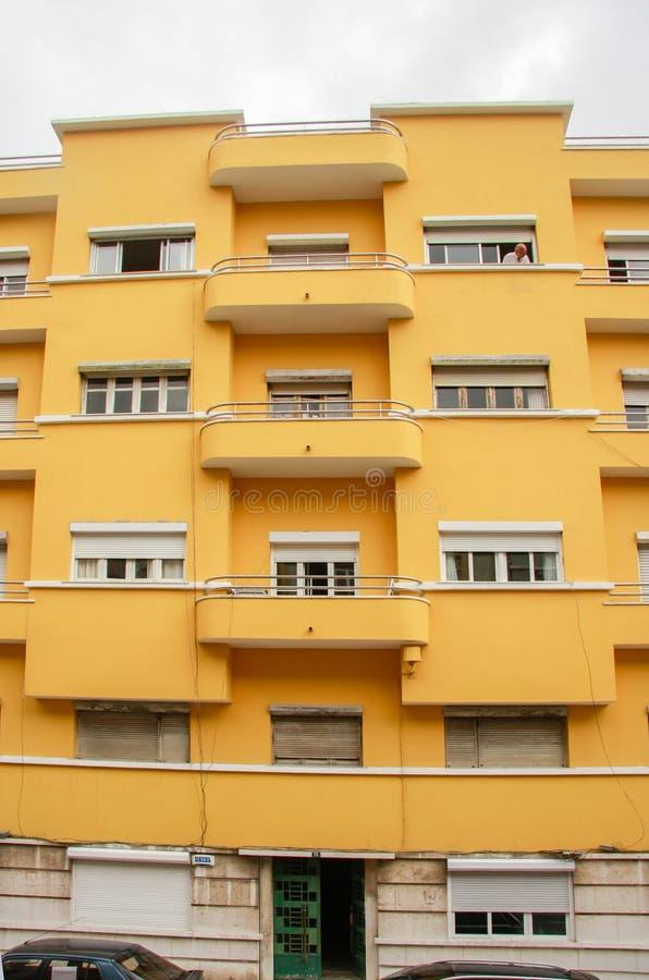 Facciata moderna gialla variopinta della costruzione di appartamento fotografie stock