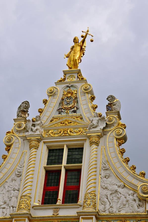 Facciata neoclassica con signora Justice, Bruges fotografie stock
