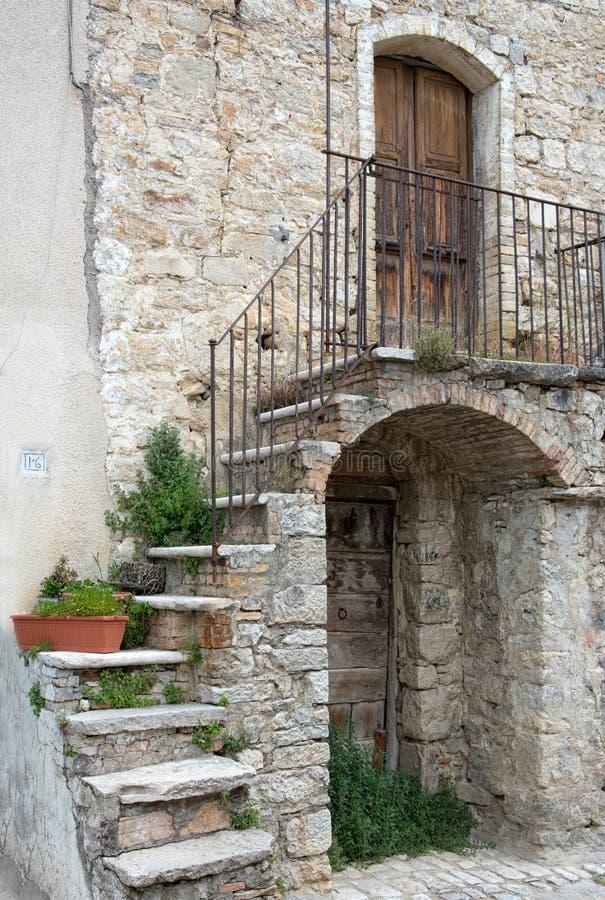 Cheap download facciata pittoresca di vecchia casa di for Log e piani di casa in pietra