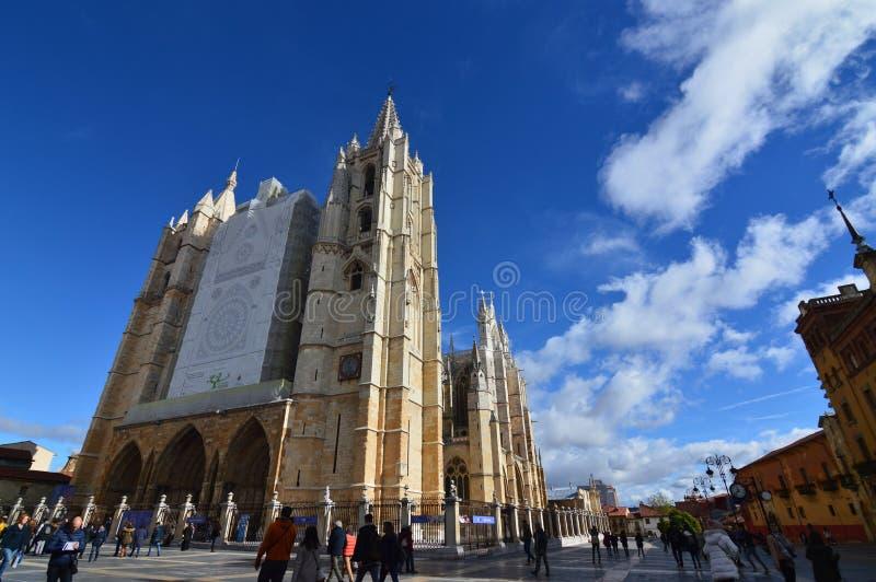 Facciata principale e laterale con alcune belle nuvole nel cielo a Leon Cathedral In Leon Architettura, viaggio, storia, via Phot immagini stock