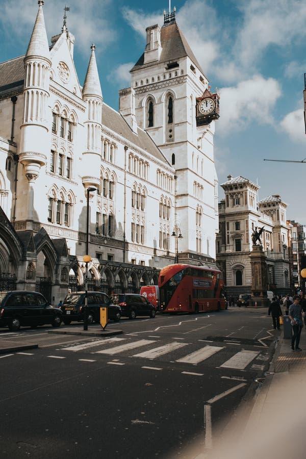 Facciata reale della giustizia delle corti, in via del filo, Londra l'inghilterra immagine stock libera da diritti
