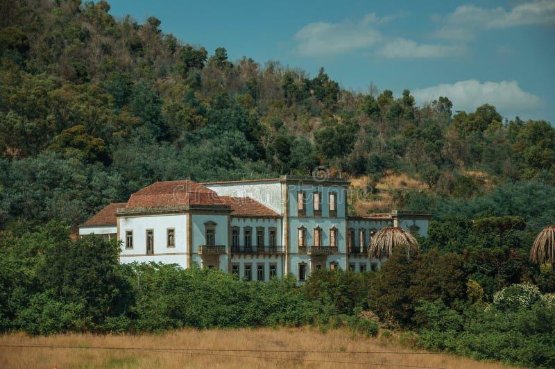 Facciata rovinata di costruzione abbandonata su un'azienda agricola vicino a Monsanto fotografia stock libera da diritti