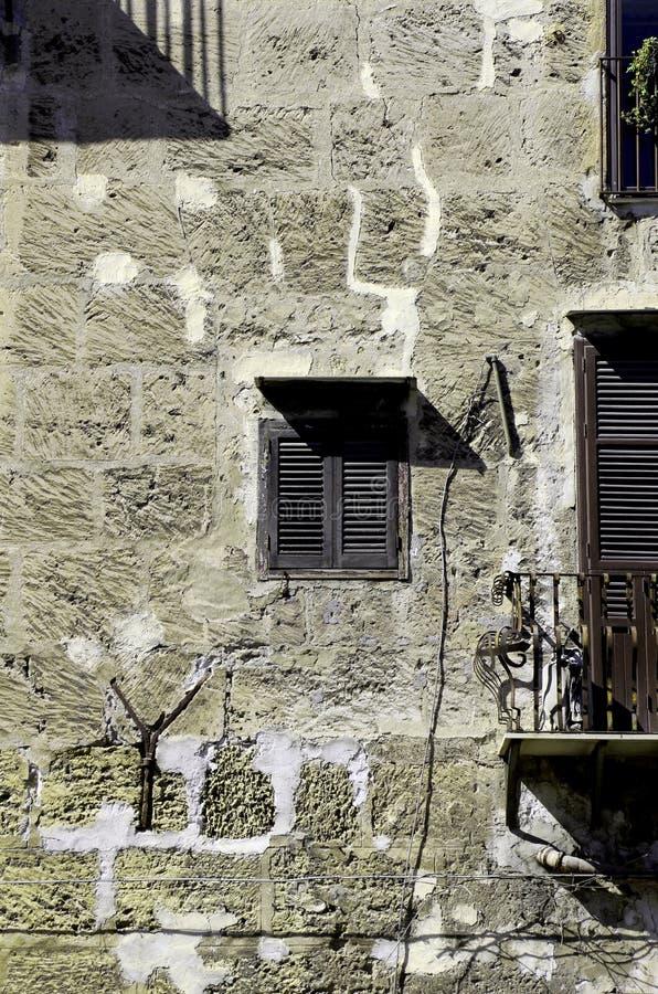 facciata sudicia di vecchia costruzione fotografia stock libera da diritti