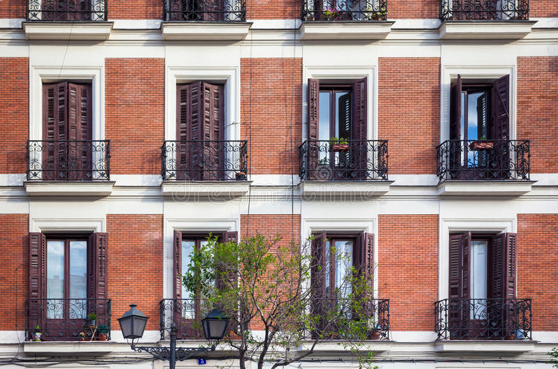 Facciata tipica della costruzione un giorno di molla a Madrid, Spagna fotografie stock libere da diritti