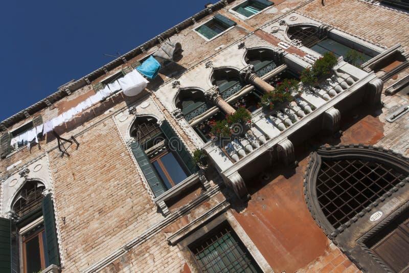 Facciata veneziana con la lavanderia appesa fotografie stock libere da diritti