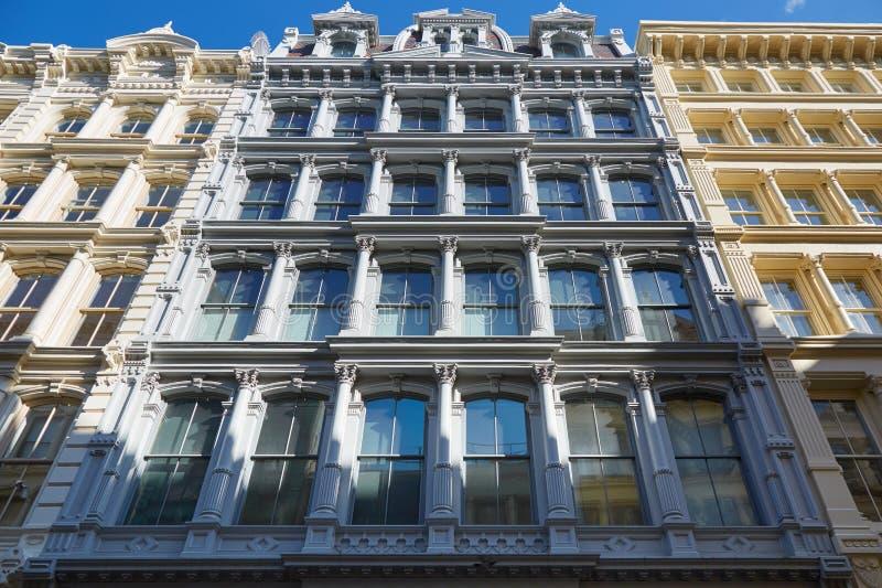 Facciate antiche delle costruzioni di New York con le colonne immagine stock libera da diritti