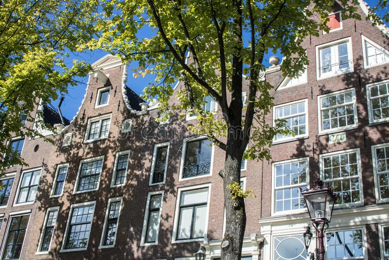 Facciate della Camera a Amsterdam veduta dal canale immagini stock
