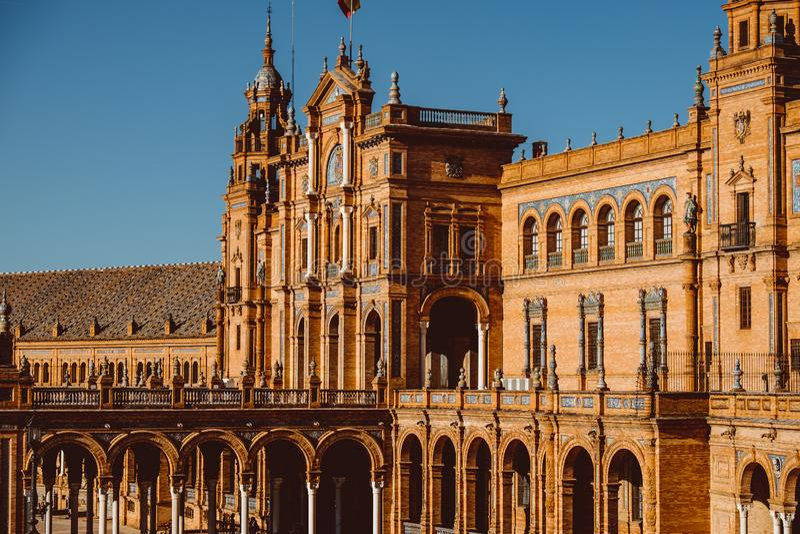 Facciate delle costruzioni sul quadrato spagnolo o sulla plaza de Espana andalusia fotografie stock libere da diritti
