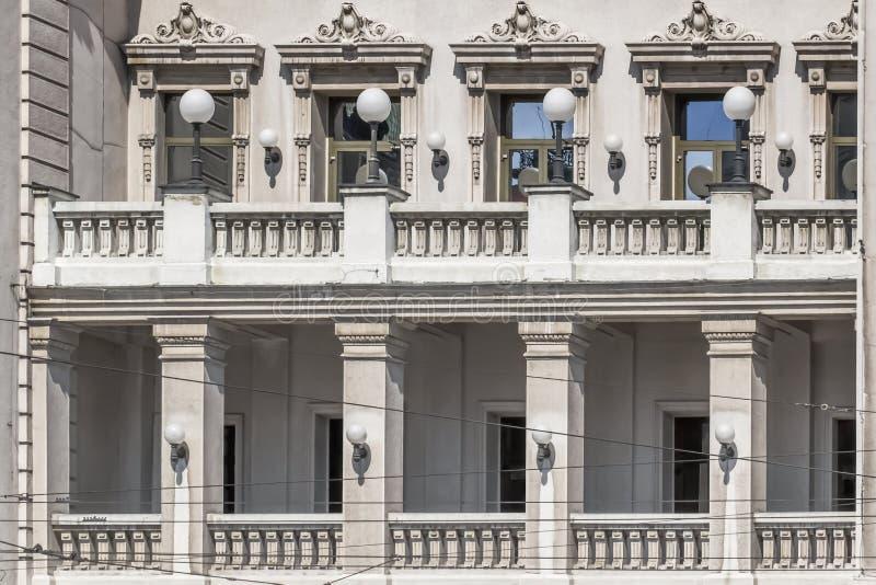 Facciate di Belgrado - balcone della facciata della costruzione del teatro nazionale fotografia stock libera da diritti