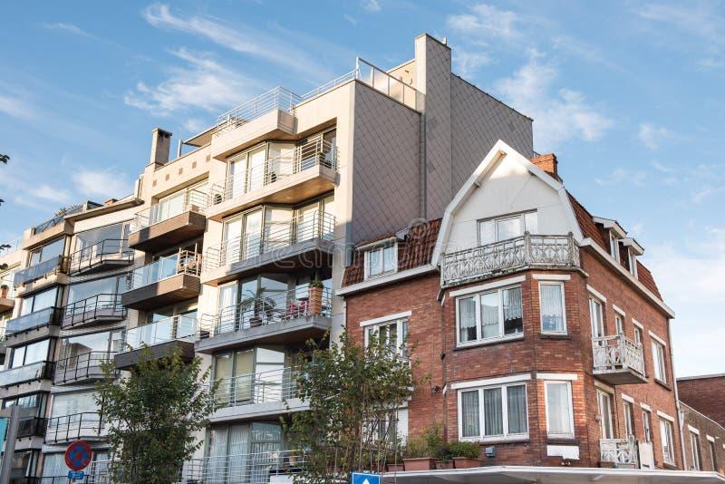 Facciate di vecchie e nuove case in koksijde belgio for Case vecchio stile costruite nuove