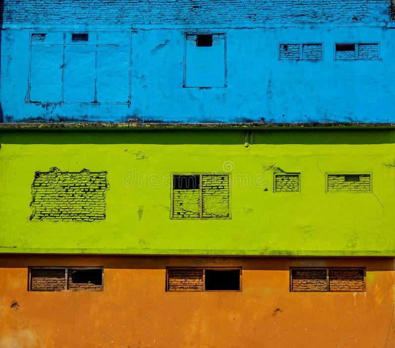 facciate e tetti di case di colori brillanti in un quartiere di Malang, Indonesia immagine stock