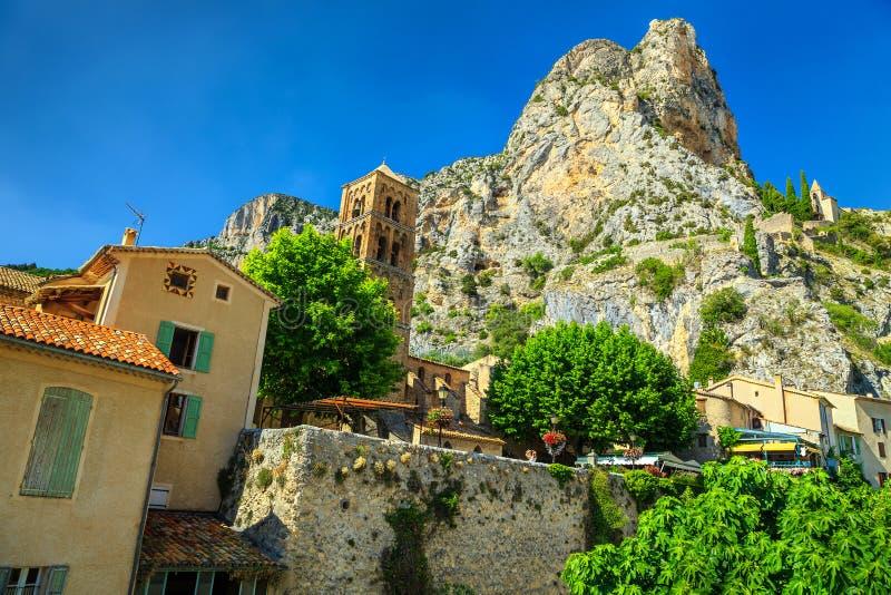 Facciate mediterranee medievali tipiche in Moustiers-Sainte-Marie, Provenza, Francia fotografia stock