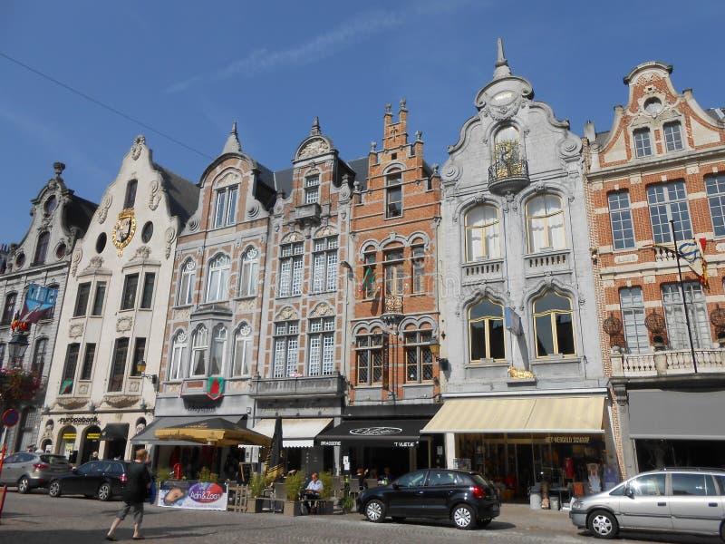 Facciate tipiche nel centro storico di Malines, Belgio fotografia stock