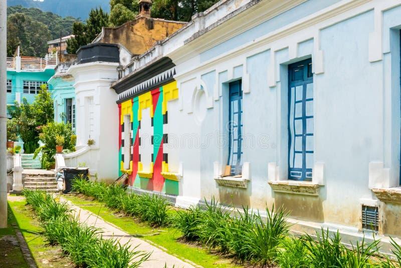 Facciate variopinte del distretto di Candelaria della La di Bogota dei monumenti storici fotografie stock libere da diritti