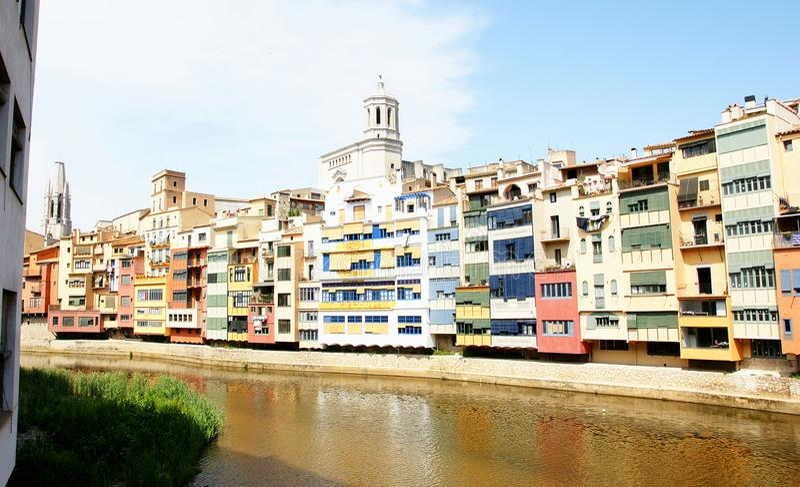 Facciate variopinte sul fiume Onyar, Girona fotografia stock libera da diritti