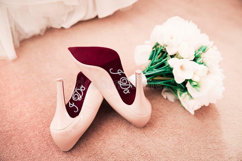 Faccio gli autoadesivi delle scarpe di nozze sui tacchi alti immagini stock