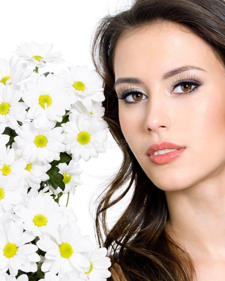 Face bonita da mulher com flores fotografia de stock royalty free