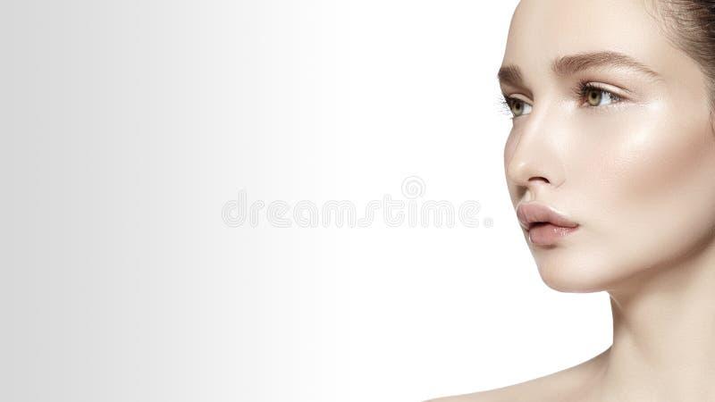 Face bonita da mulher nova Skincare, bem-estar, termas Limpe a pele macia, olhar fresco saudável Composição diária natural fotografia de stock