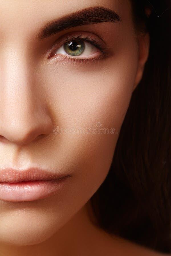 Face bonita da mulher nova Skincare, bem-estar, termas Limpe a pele macia, olhar fresco saudável Composição diária natural foto de stock royalty free