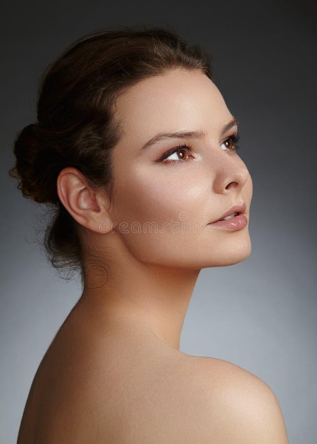 Face bonita da mulher nova Skincare, bem-estar, termas Limpe a pele macia, olhar fresco saudável Composição diária natural foto de stock