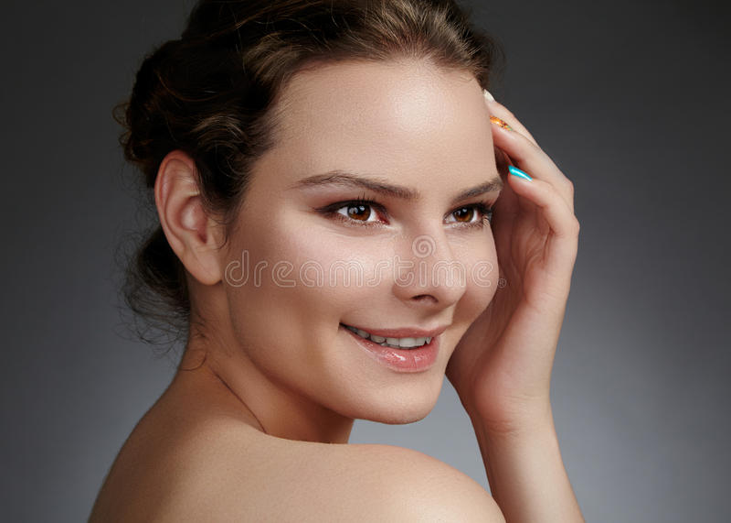 Face bonita da mulher nova Skincare, bem-estar, termas Limpe a pele macia, olhar fresco saudável Composição diária natural fotos de stock