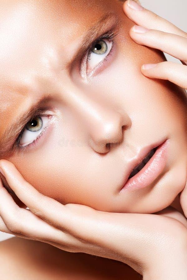 Face bonita do modelo do olhar severo da forma, composição de bronze imagem de stock