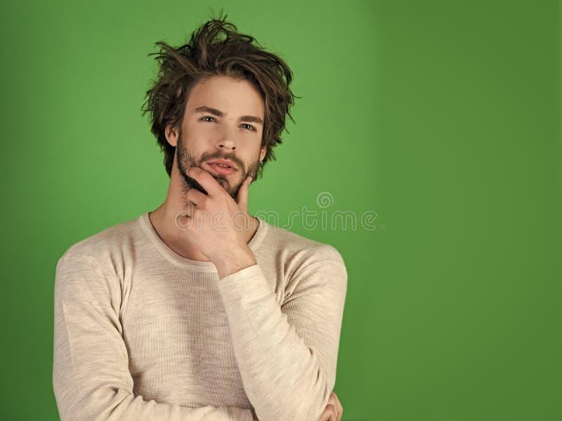 Face considerável do homem Homem com cabelo bagunçado no roupa interior fotos de stock royalty free