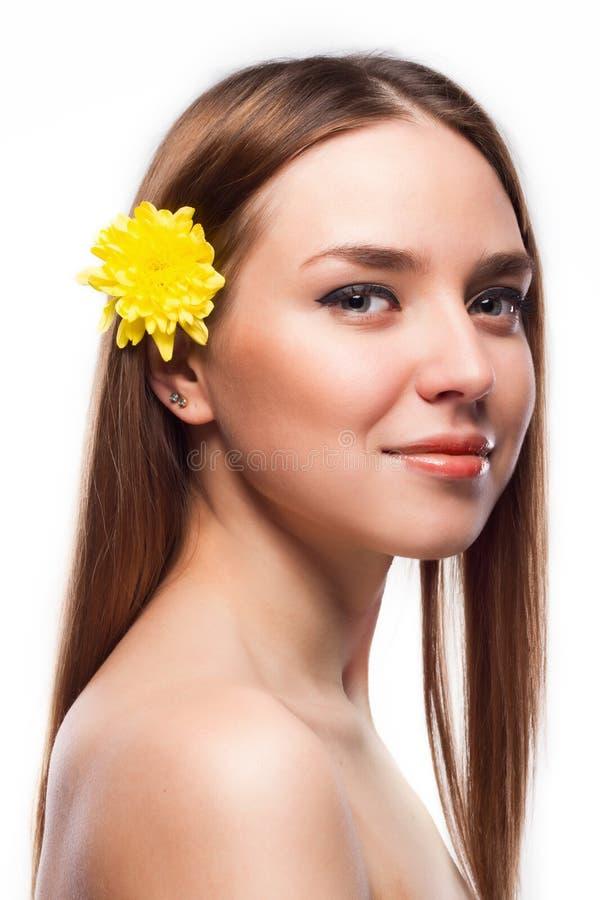 Face da beleza da mulher bonita nova com flor imagens de stock