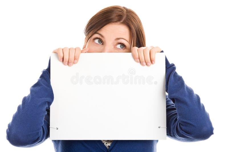 Face da coberta da mulher com cartão de nota fotografia de stock