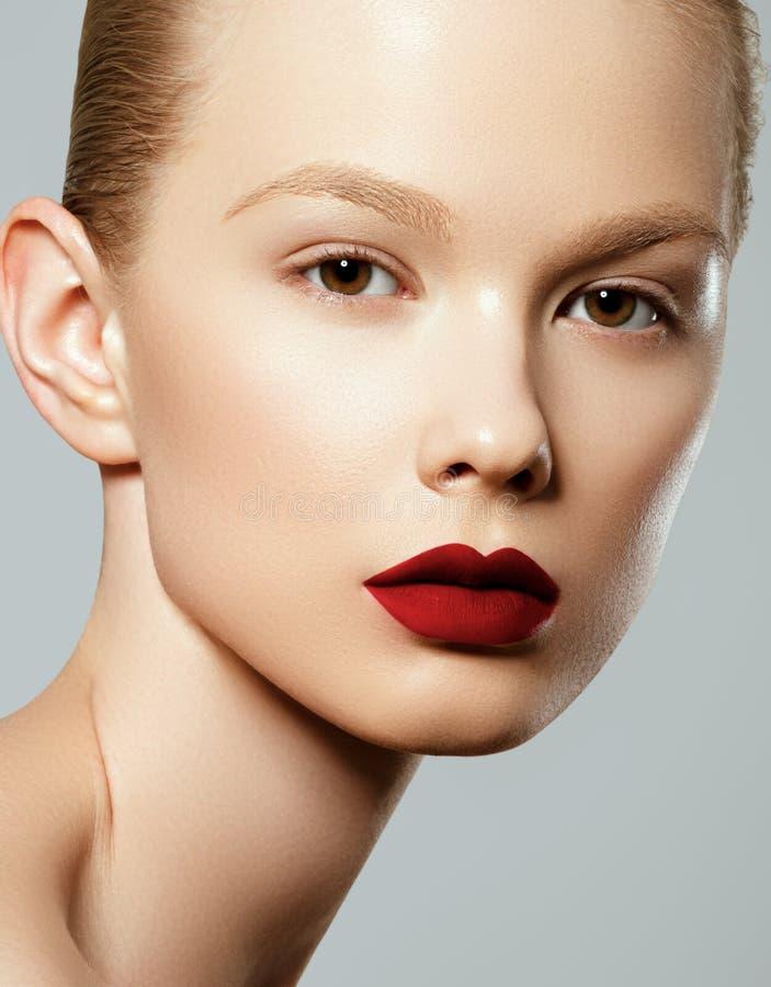 Face da mulher da beleza Retrato da fêmea nova 'sexy' bonita com composição facial do resíduo metálico perfeito Pele saud?vel mac fotos de stock