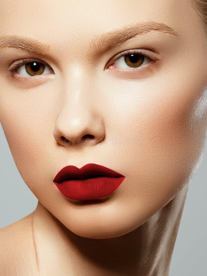 Face da mulher da beleza Retrato da fêmea nova 'sexy' bonita com composição facial do resíduo metálico perfeito Pele saud?vel mac fotografia de stock